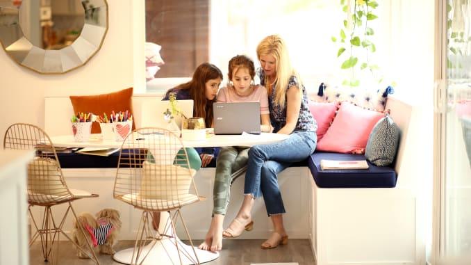 Invatam de acasa, muncim de acasa, cumparam online